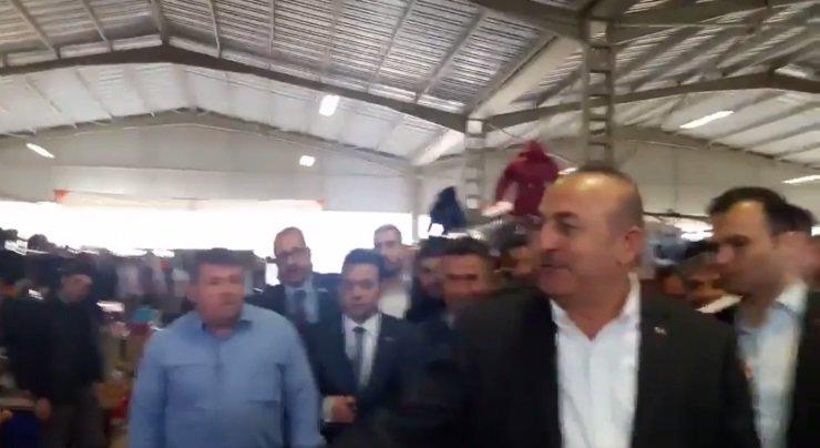 Bakan Çavuşoğlu, ekonomiden yakınan pazarcıya aldırmadı!