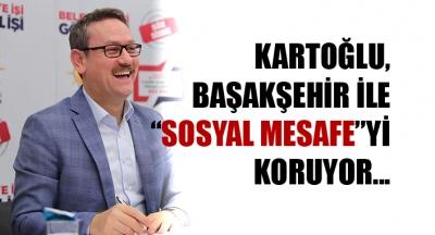 Başakşehir Belediye Başkanı Yasin Kartoğlu, vatandaşla arasındaki 'Sosyal mesafe'yi koruyor