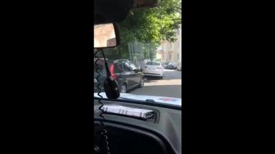 Yolda ağlarken gördükleri genci ekip otosuna alarak zamanla yarışan polisler, genci son dakikada sınava yetiştirdi